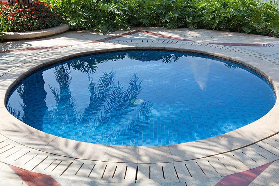 Een zwembad in een kleine tuin
