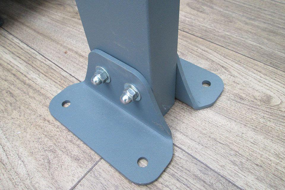 Aluminium voet voor goede bevestiging aan de fundering.